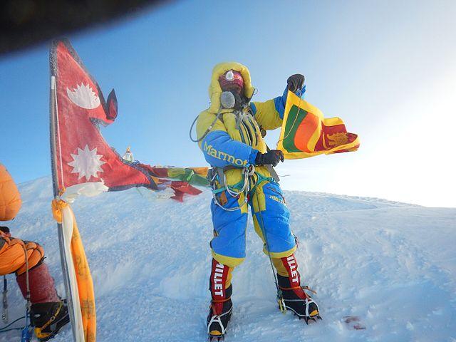 jayanthi_kuru_utumpala_waving_the_sri_lankan_flag_on_the_summit_of_mount_everest_on_21st_may_2016